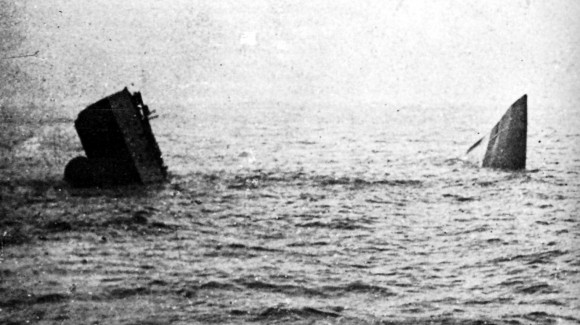 HMS Invincible sinks (IWM SP2470)